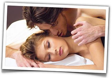 homem beija mulher na cama