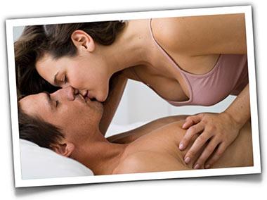 mulher beija homem